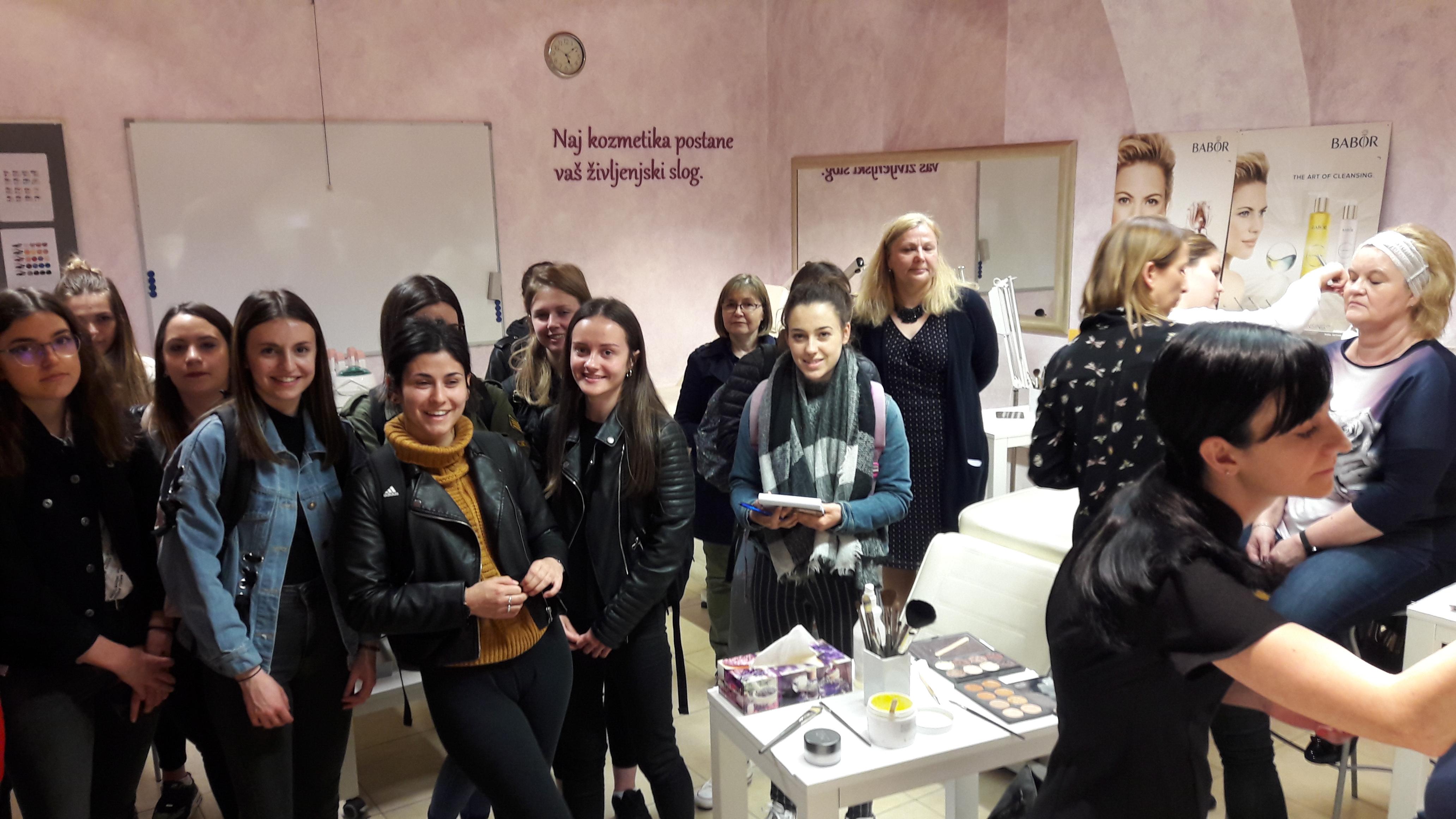 Dobo obiskala dekleta iz Lycée Professionnel J.B. d'Allard